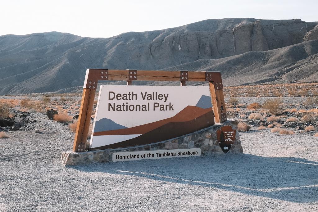 Le panneau indiquant l'entrée du parc national de la vallée de la mort