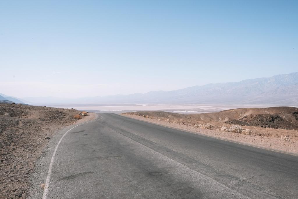 La route sillonnant la Vallée de la Mort avec en arrière plan Badwater Bassin
