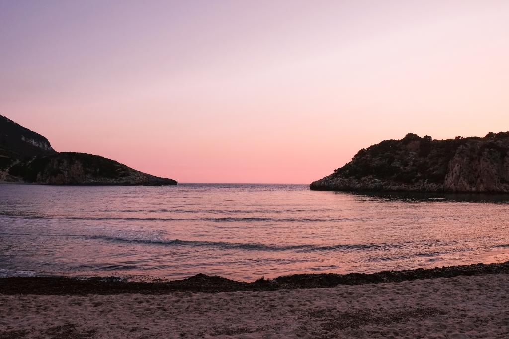 Coucher de soleil et ciel rose à Costa Navarino